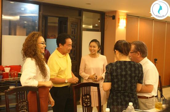 Ông Lã Quốc Khánh (áo vàng) giao lưu, chào hỏi giáo sư KANEUCHI MITSUNOBU