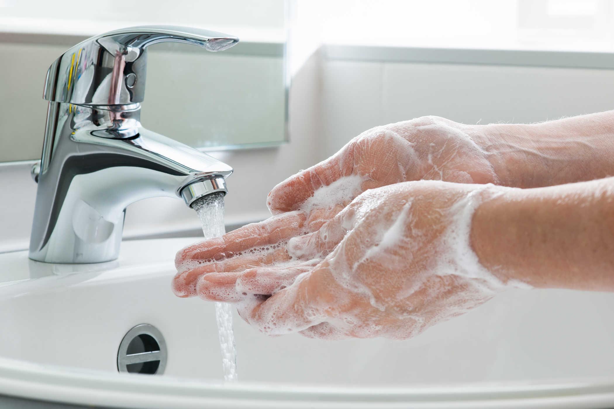 rửa tay sạch trước khi rửa mặt