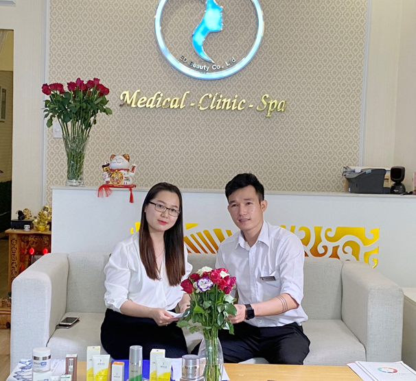 Đại diện Cty ED Skin Beauty và Cty Minh Khương ký kết hợp đồng.